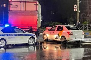 В Брянске возле БУМа столкнулись «Яндекс.Такси» и грузовик