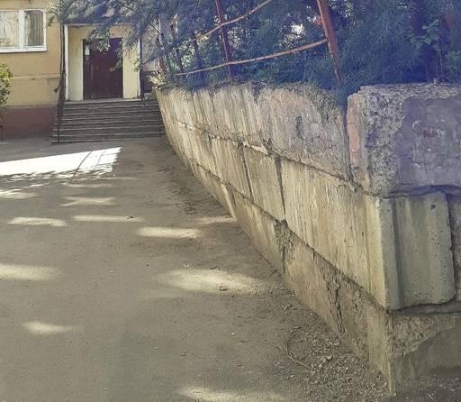 В Брянске подпорная стена многоэтажки грозит рухнуть на людей