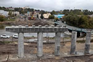 В Брянске начали укладывать балки нового моста на набережной