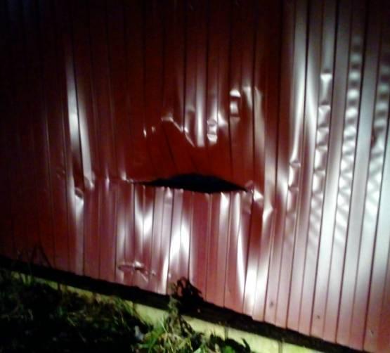 В Стародубе на Рождество водитель разнес забор и скрылся