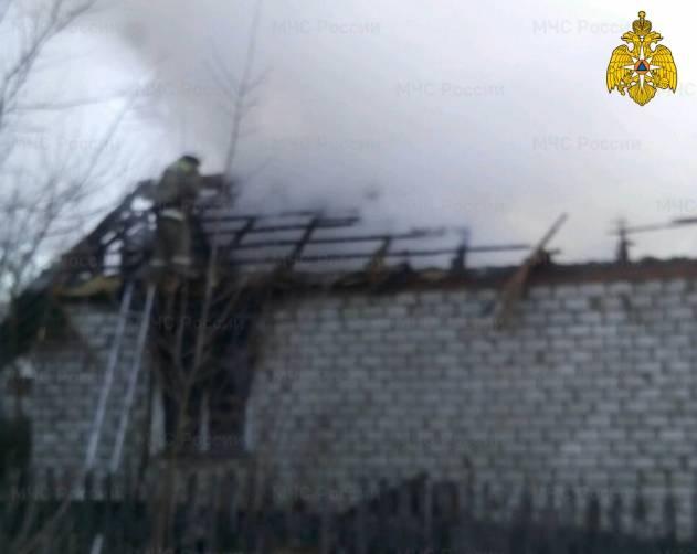 Под Погаром около часа тушили горящий дом