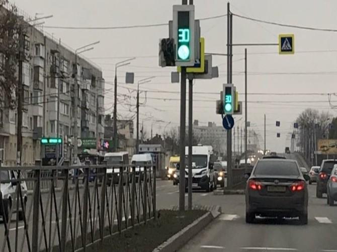 Брянские водители просят убрать позорный пакет со светофора