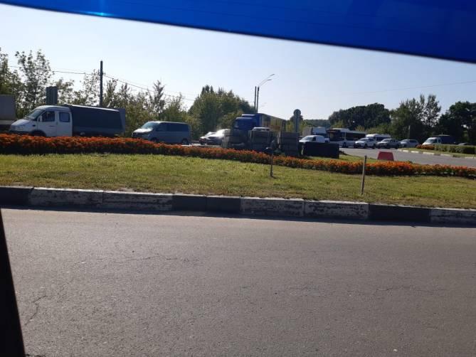 В Брянске автомобильная пробка парализовала улицу Литейную