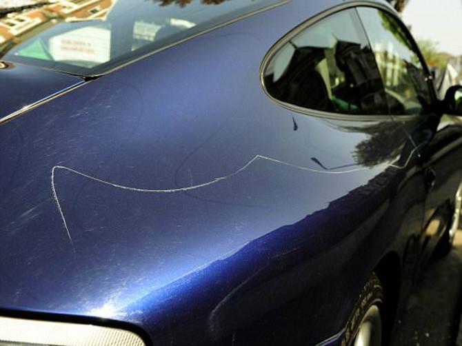 В Новозыбкове 43-летняя женщина пробкой от пивной бутылки поцарапала 4 автомобиля