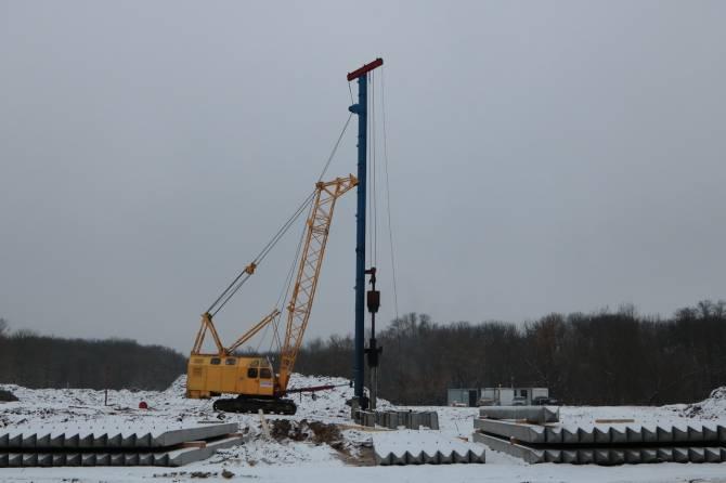 В Брянске продолжается строительство моста через реку Снежеть