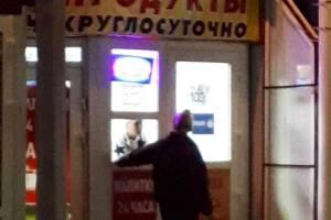 В Брянске «застукали» продавщицу без маски в продуктовом ларьке