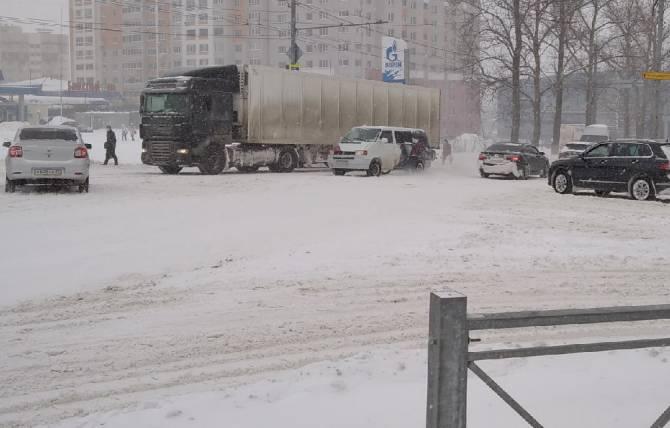 В Брянске фура застряла на перекрёстке улицы Авиационной