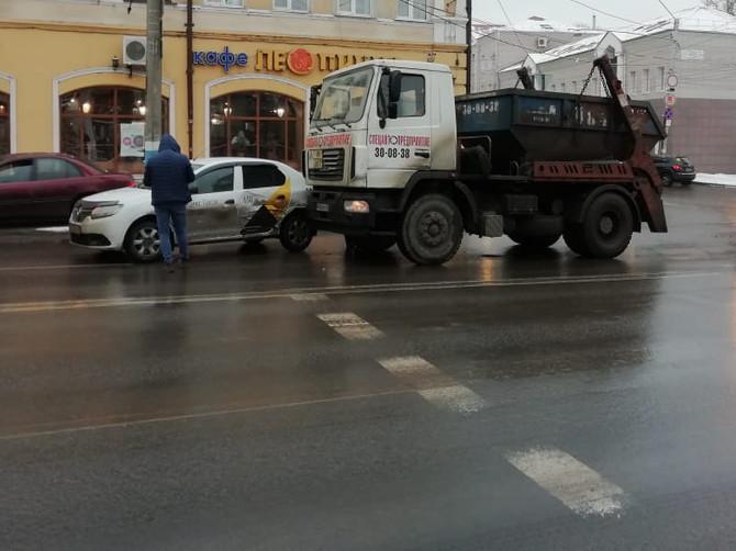 В Брянске мусоровоз врезался в «Яндекс.Такси»