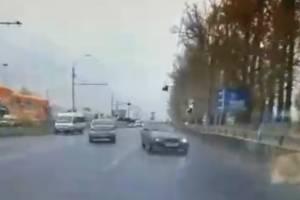 В Брянске возле ТРЦ «Аэропарк» лихач на легковушке едва не устроил ДТП