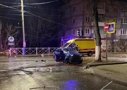 В Брянске пьяный водитель снес забор и врезался в столб: ранена 21-летняя девушка