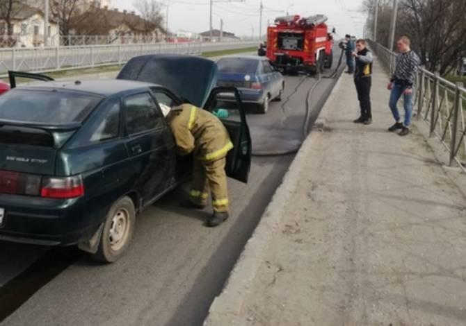 В Фокинском районе Брянска на путепроводе загорелся автомобиль