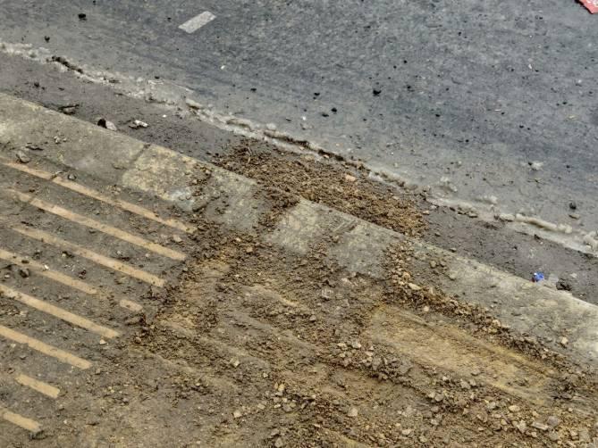 В Брянске разрушилась тактильная плитка для инвалидов