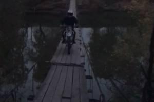 Под Брянском сняли на видео байкера на подвесном мосту в Хотылево