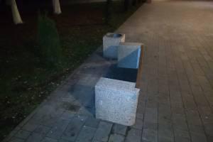В Брянске вандалы повалили скамейки в Пролетарском сквере