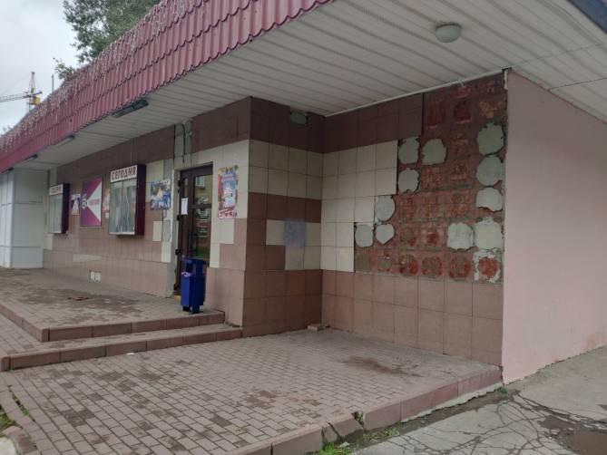 В Брянске посыпалась облицовка кинотеатра «Салют»