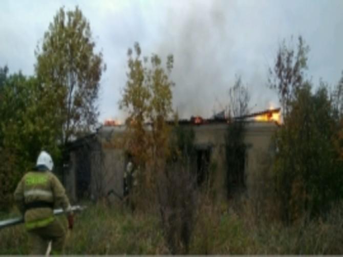 В Карачевском районе огонь уничтожил нежилой дом