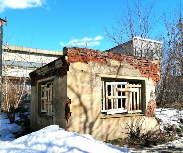 В Новозыбкове заколотили досками заброшку в центре города