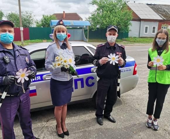 В Новозыбкове инспекторы ГИБДД раздали водителям ромашки