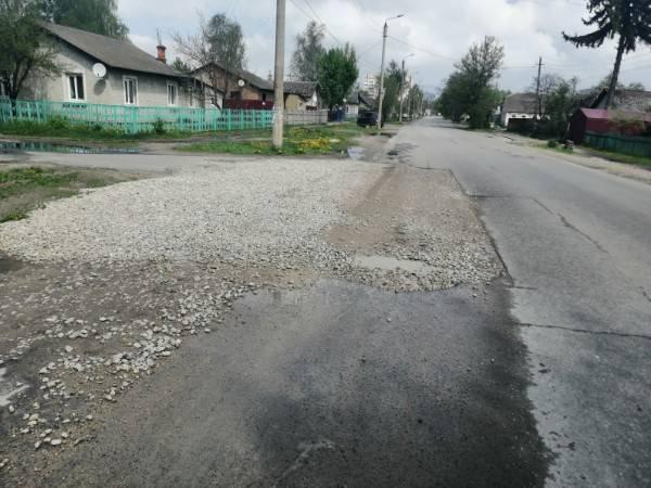 Жители Брянска пожаловались на разбитый асфальт на улице Молодой Гвардии