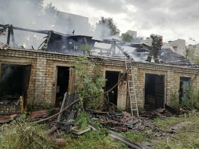 В Брянске потушили горящие сараи на проспекте Московском
