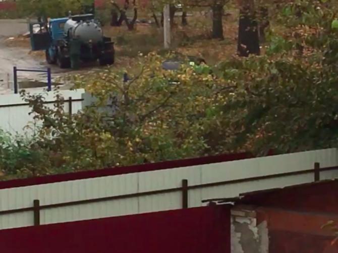В Брянске во дворе многоэтажки ассенизаторская машина слила цистерну