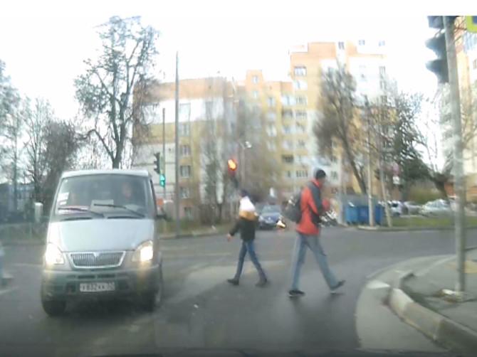 В Брянске на перекрестке за одну минуту сняли два нарушения ПДД