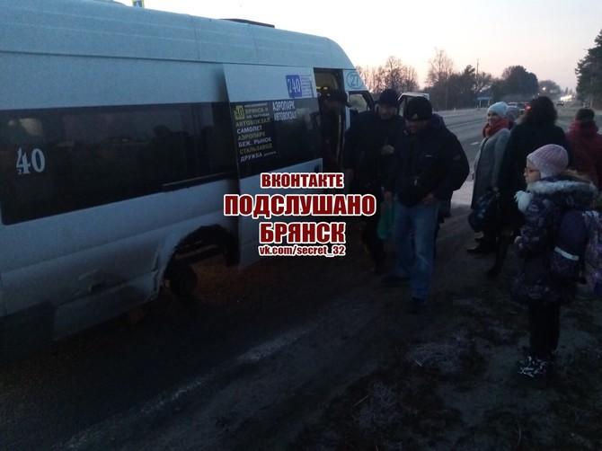 В Брянске у битком набитой маршрутки №40 на ходу оторвались колеса