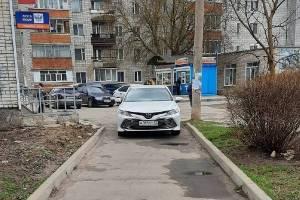 В Клинцах автохам на легковушке перегородил тротуар
