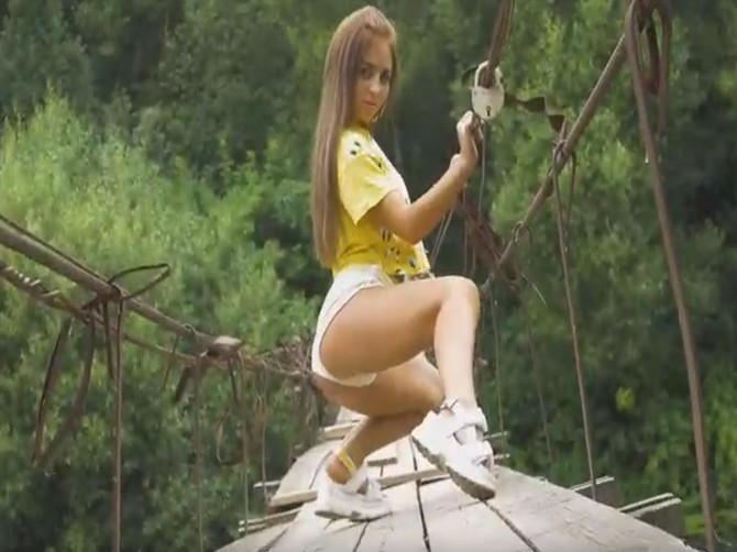 Брянская девушка устроила горячие танцы на легендарном мосту в Хотылево