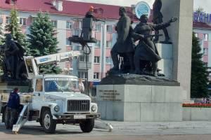 В Брянске перед маршем Победы отмыли памятник на площади Партизан