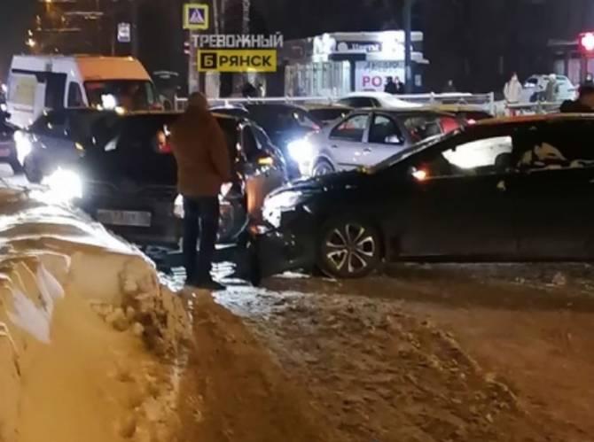 В Брянске улица Крахмалева стала в пробке из-за ДТП у «Августина»