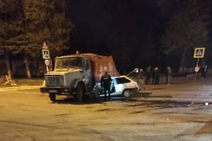 В Клинцах мусоровоз раздавил легковушку «ВАЗ»