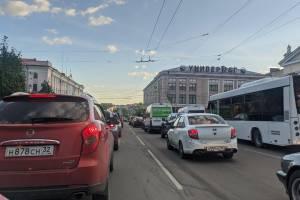 В Брянске из-за закрытия улицы Горького образовалась пробка на проспекте Ленина