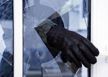 Брянец перепутал окна и ограбил пенсионера