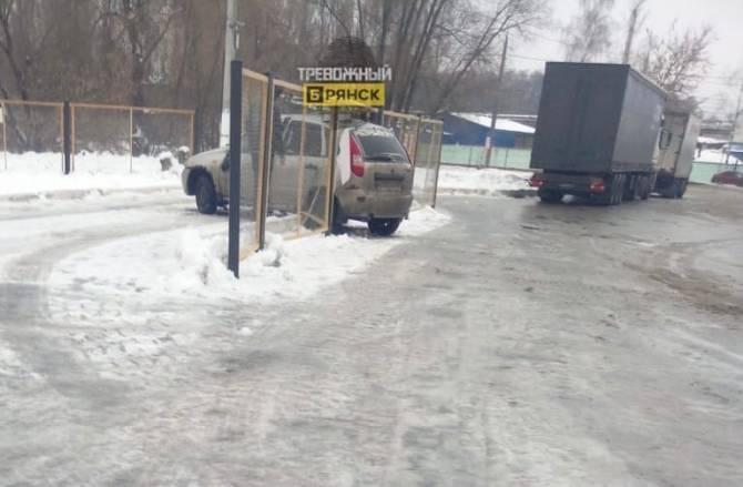 В Брянске на выезде с заправки «Роснефть» иномарка протаранила забор