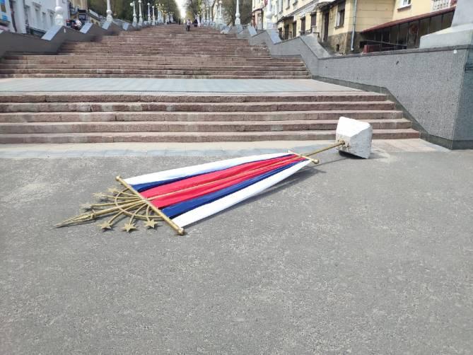 В Брянске на лестнице к набережной рухнул флаг России