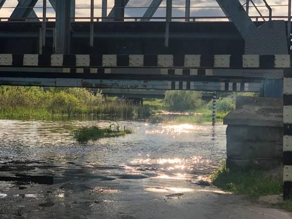 В Брянске затопило дорогу под ЖД мостом