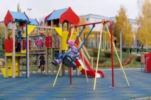 В жуковской деревне отремонтировали детскую площадку за 400 тысяч рублей