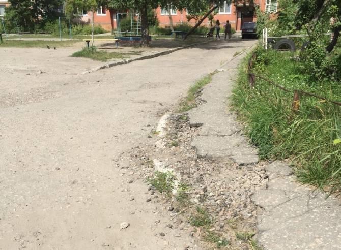 В брянском дворе по улице Свободы тротуар напоминает поверхность луны