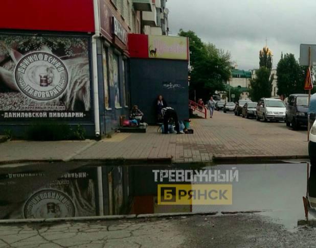 В Брянске у сквера «Литий» после дождя затопило дороги