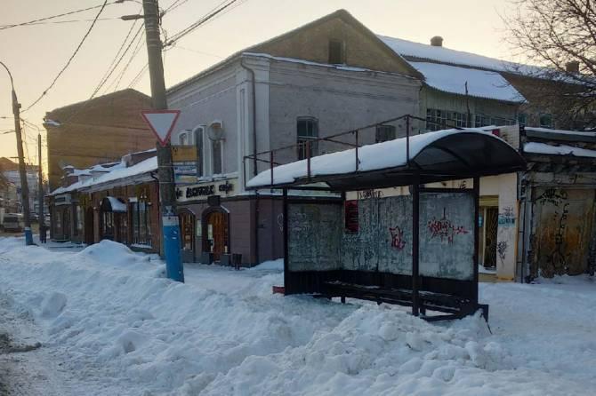 В Брянске коммунальщики завалили снегом остановку на Набережной