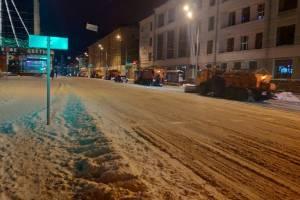 В Брянске дорожники провели ночной парад техники при уборке снега