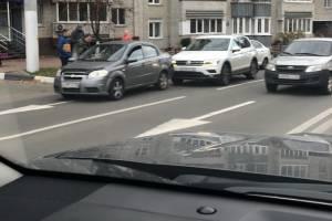 В Брянске возле школы №1 столкнулись две легковушки