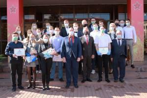 В Брянске 43 сиротам вручили ключи от квартир