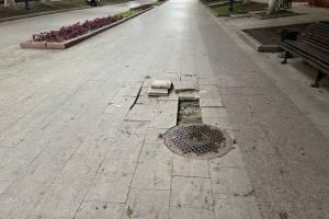 В Брянске сильный ливень размыл плитку на бульваре Гагарина