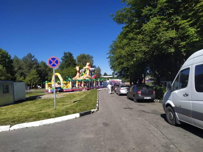 Изнывающих от жары брянцев оставили без парковок возле парков