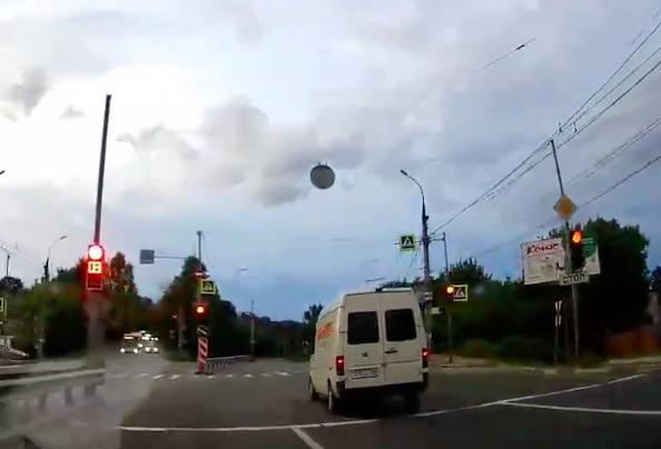 В Брянске водитель микроавтобуса дважды нарушил ПДД