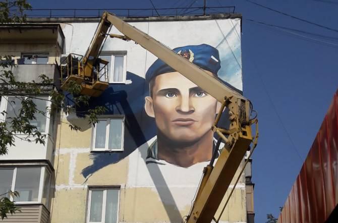 В Брянске появился огромный портрет Героя России Олега Ермакова