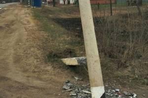 В Клинцах сломанный столб грозит рухнуть на головы людям