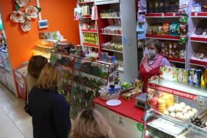 В Брянске за отсутствие масок наказали 4 продавцов и парикмахера